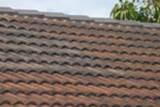 Flecken oder Verfärbungen auf dem Dach